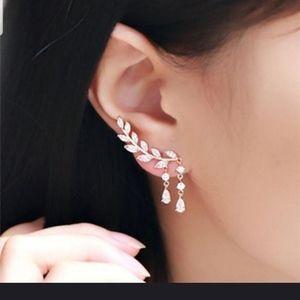 Jewelry - Very cute silver rhinestone ear climber earrings
